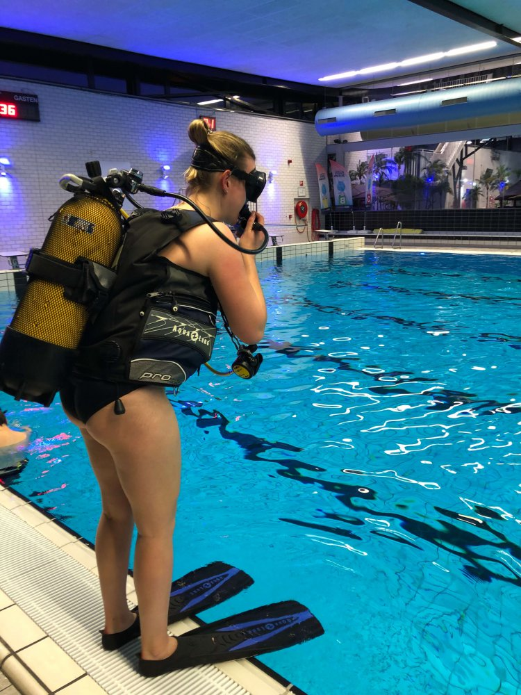 Iris klaar om het zwembad in te duiken